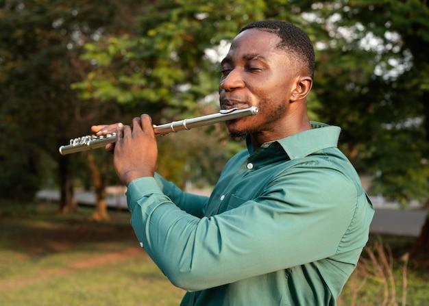 Hombre celebrando el día internacional del jazz