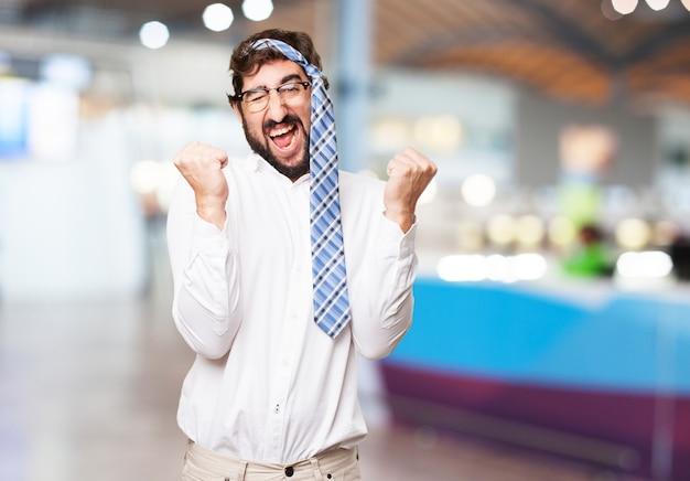 Hombre celebrando con su corbata en la cabeza