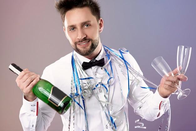 Hombre celebrando la víspera de año nuevo