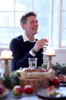 Hombre en la cena de navidad