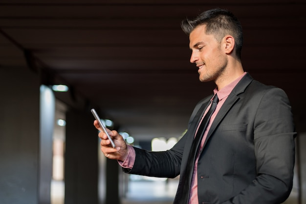 Hombre de cerca con un teléfono móvil