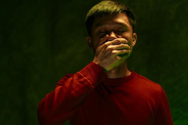 Hombre chino cubriendo su boca y tosiendo. concepto de brote de coronavirus