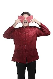 Hombre chino joven en traje de cheongsam