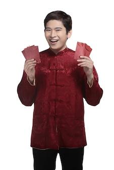 Hombre chino en traje cheongsam sosteniendo angpao