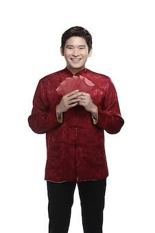 Hombre chino en traje de cheongsam.
