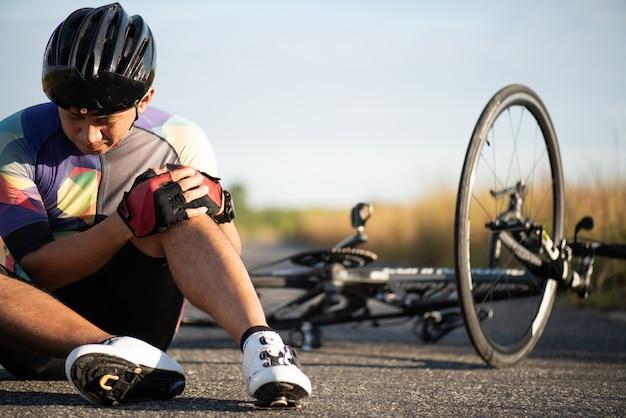 Hombre ciclista se cayó de la bicicleta de carretera mientras iba en bicicleta.