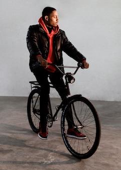 Hombre ciclista pasar tiempo con su bicicleta