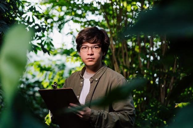 Hombre científico en el bosque