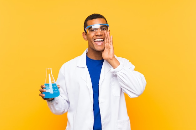 Hombre científico sosteniendo un matraz de laboratorio gritando con la boca abierta