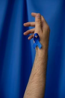 Hombre con cinta azul de noviembre
