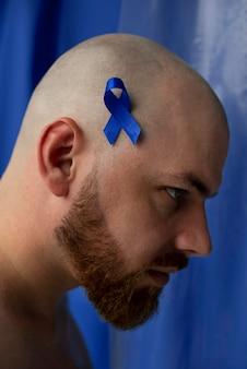 Hombre con cinta de cáncer de próstata