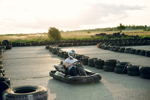 Hombre en un circuito de karting con un auto