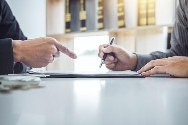 Hombre cliente firma contrato de contrato de documento de coche, contrato de préstamo de coche exitoso