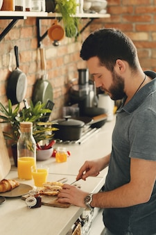 Hombre cocinando en la cocina. desayuno por la mañana