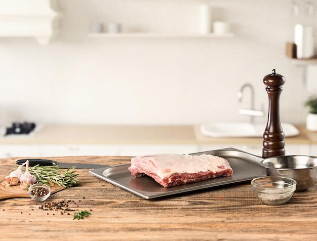 Hombre cocinar carne en la cocina