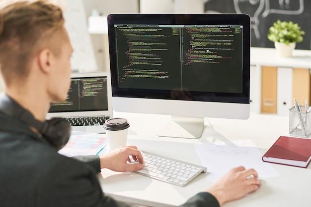 Hombre codificando en la oficina