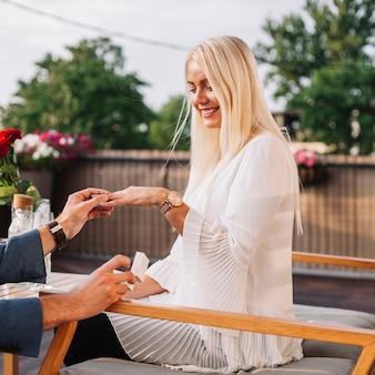 Hombre colocando el anillo de bodas en la mano de la mujer