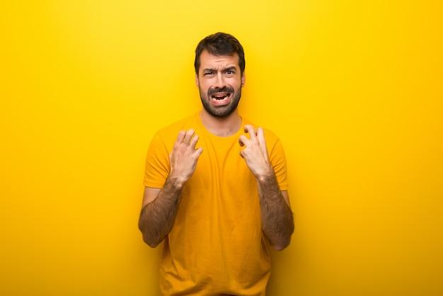 Hombre en color amarillo vibrante aislado frustrado por una mala situación