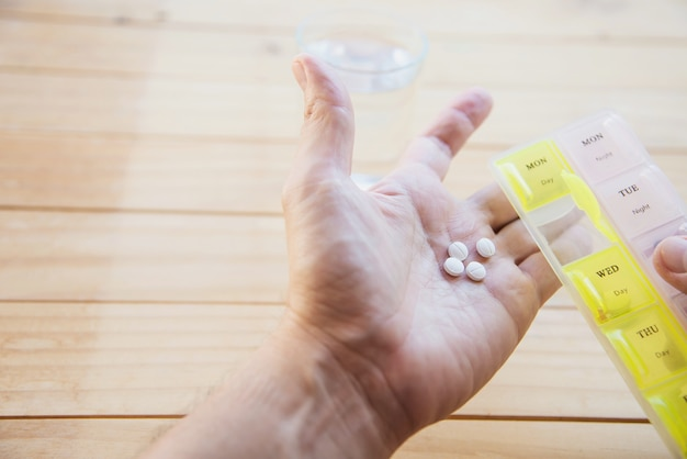 El hombre va a comer tabletas medicinales