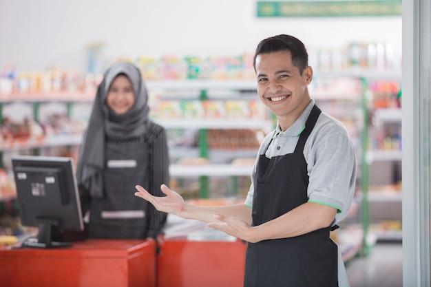 Hombre comerciante bienvenida al cliente