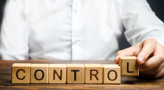 El hombre compone la palabra controles. concepto de gestión empresarial y de procesos.