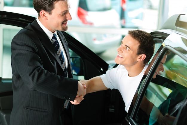Hombre comprando auto del vendedor