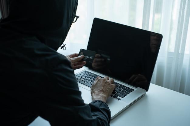 Hombre de compras en línea a través de una computadora portátil y pagar con tarjeta de crédito