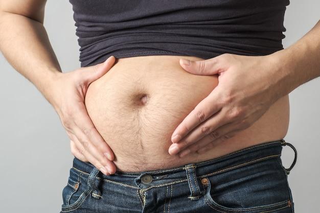 Hombre comprobando su peso aislado