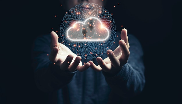 Hombre con computación en la nube virtual a mano con línea de conexión.