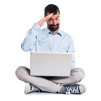 Hombre, computadora portátil, saludar