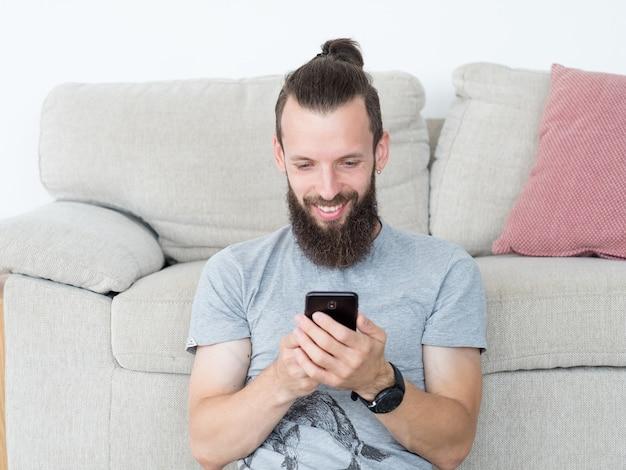 Hombre de comunicación de tecnología mediante teléfono móvil