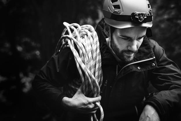 Hombre con cuerda de escalada
