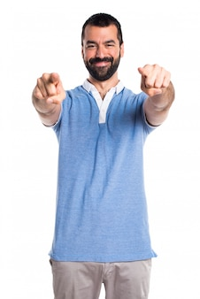 Hombre con la camisa azul que señala al frente