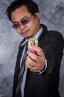 Hombre con oro bitcoin en la mano