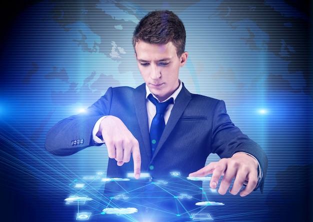 Hombre en el concepto de computación cloup