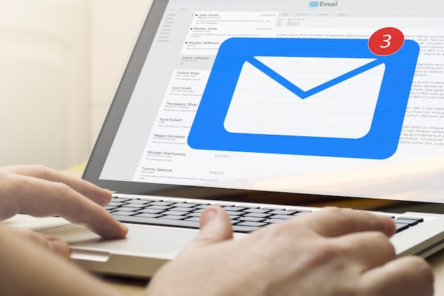 Hombre de concepto de negocio en línea usando una computadora portátil con correo en la pantalla
