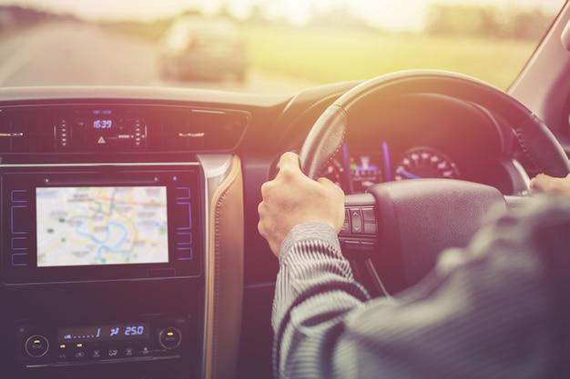 Hombre conduciendo un automóvil suv moderno en la carretera