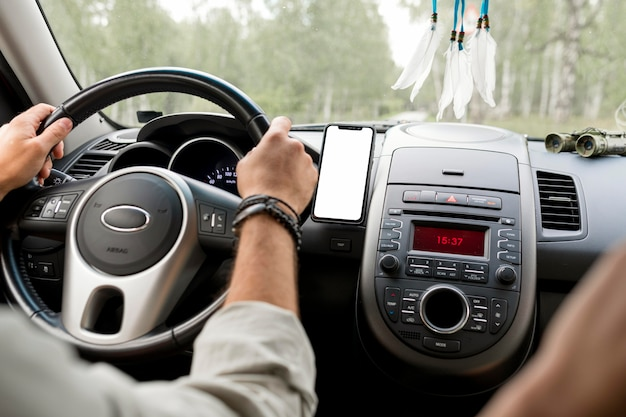 Hombre conduciendo coche con novia