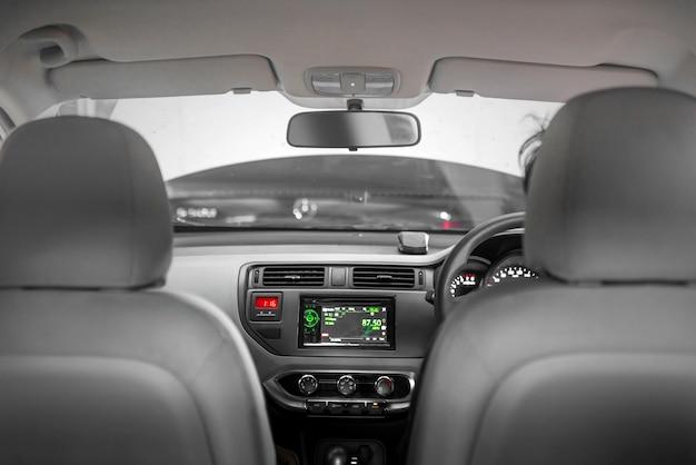 Hombre conduciendo coche con pantalla del tablero de instrumentos
