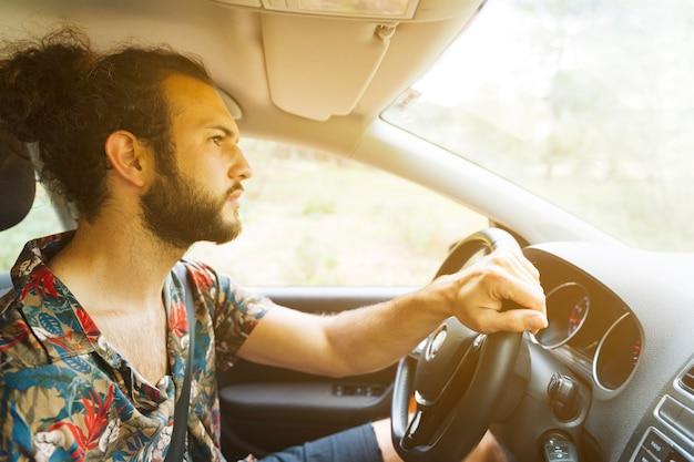 Hombre conduciendo coche posada campo