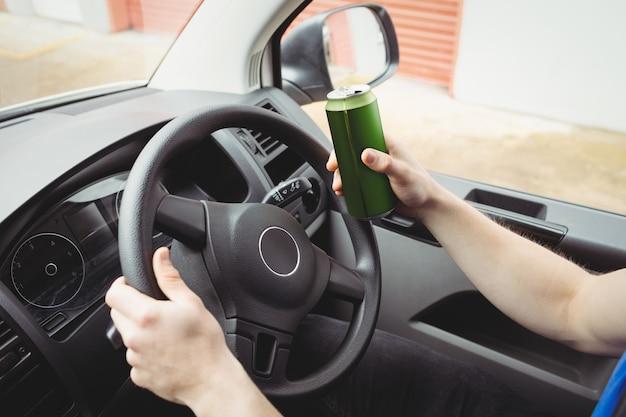 Hombre conduciendo su camioneta mientras está borracho