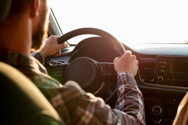 Hombre conduciendo con su novia