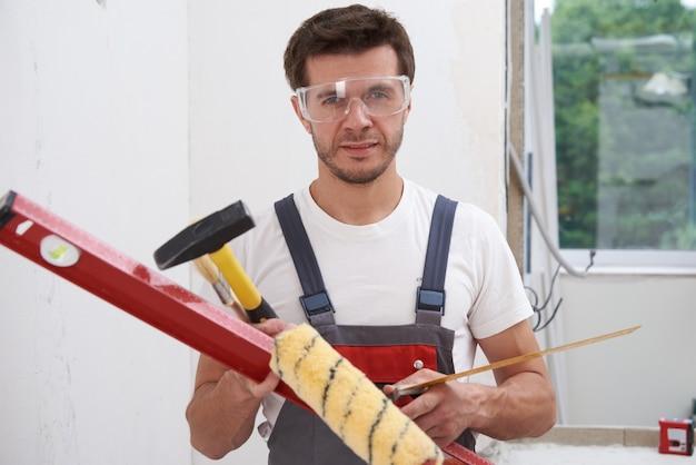 Hombre constructor con herramientas de construcción. concepto de reparación