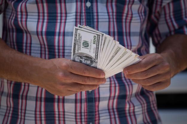 Hombre contando nota de moneda