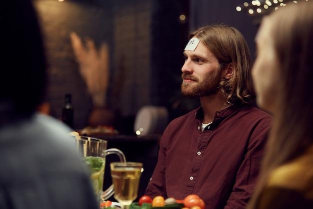 Hombre contemporáneo jugando adivinanzas en la fiesta