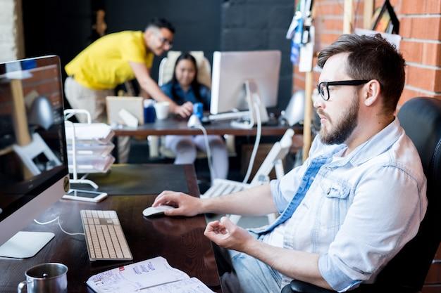 Hombre contemporáneo trabajando en oficina