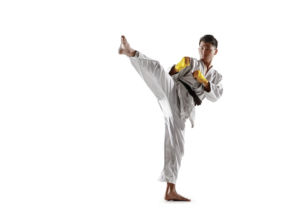 Hombre coreano confiado en kimono practicando artes marciales de combate mano a mano