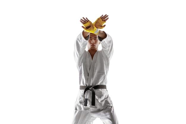 Hombre coreano confiado en kimono practicando combate cuerpo a cuerpo