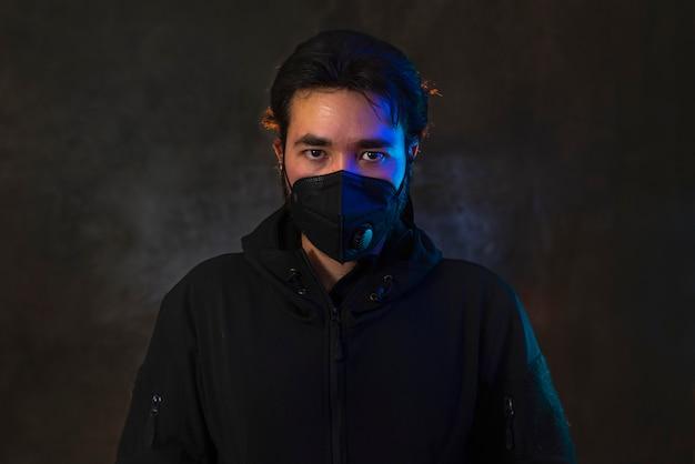 Hombre de coronavirus covid19 protegiéndose de virus mientras usa una máscara especial.