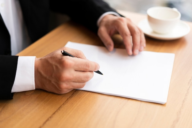 Hombre corporativo moderno tomando notas